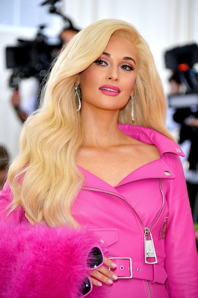 Kacey Musgraves at the Met Gala with blonde hair and pink outfit.