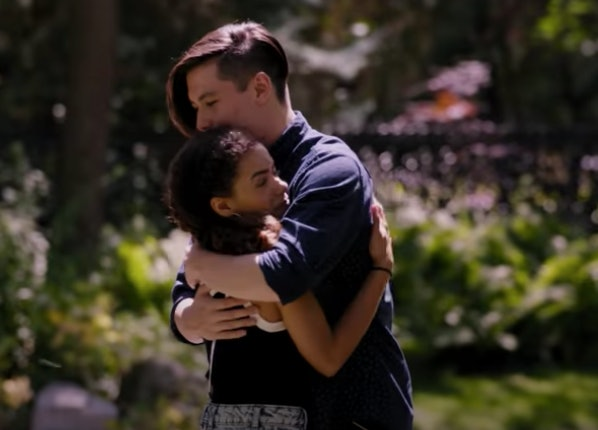 Mason Temple and Antonia Gentry hugging as Hunter and Ginny in Netflix's 'Ginny & Georgia'
