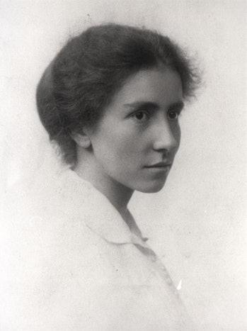Dorothy Garrod, c.1913. Photograph by Newnham College, Cambridge.