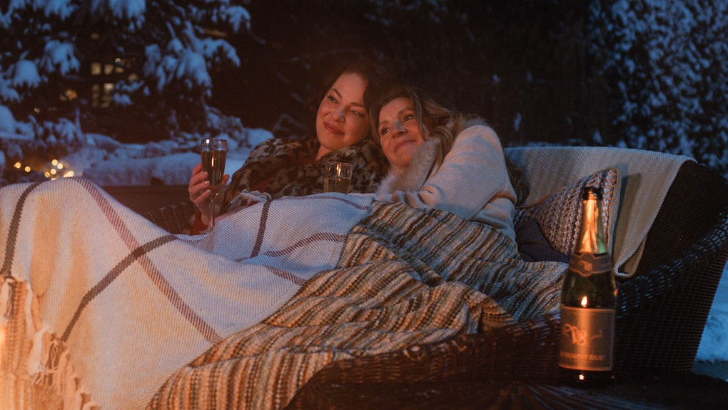 SARAH CHALKE as KATE and KATHERINE HEIGL as TULLY in FIREFLY LANE