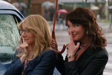 Sarah Chalke (L) and Katherine Heigl (R), under an umbrella, being silly