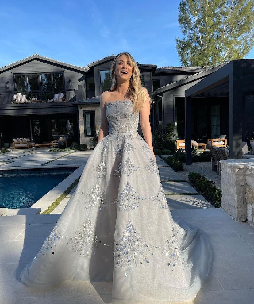 Kaley Cuoco wears Oscar de la Renta dress to the 2021 Golden Globe Awards.