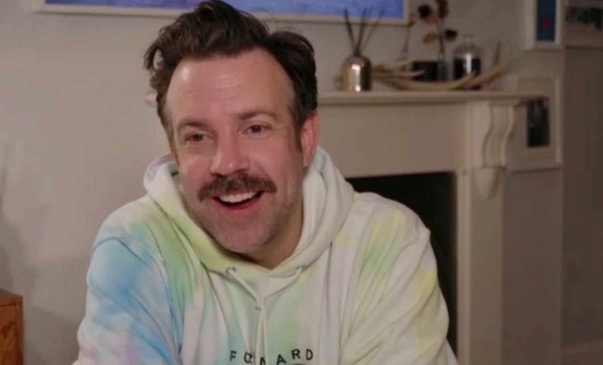 Jason Sudeikis wore a tie dye hoodie to the 2021 Golden Globes and inspired so many tweets.