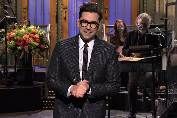Dan Levy reveled he didn't actually start the 'Saturday Night Live' hosts note tradition.