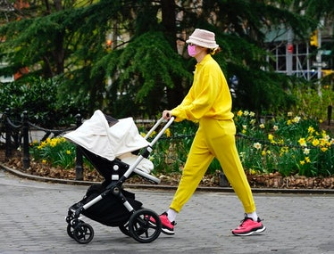 Gigi Hadid pushes a carriage in yellow.