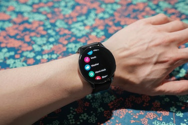 The software on the OnePlus Watch looks sort of like Tizen on Samsung's Galaxy Watches.