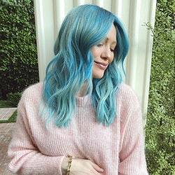 How Hilary Duff's hair stylist removed her hair color.