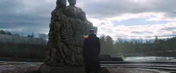 Daniels Bruhls kā barons Zymo pie Sokovijas pieminekļa Piekūnā un Ziemas karavīrs