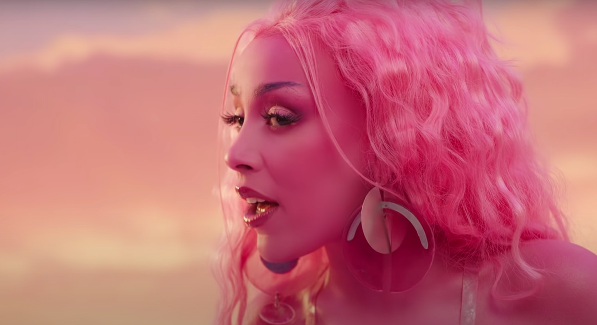 """Doja Cat with pink hair for the """"Kiss me More"""" video"""