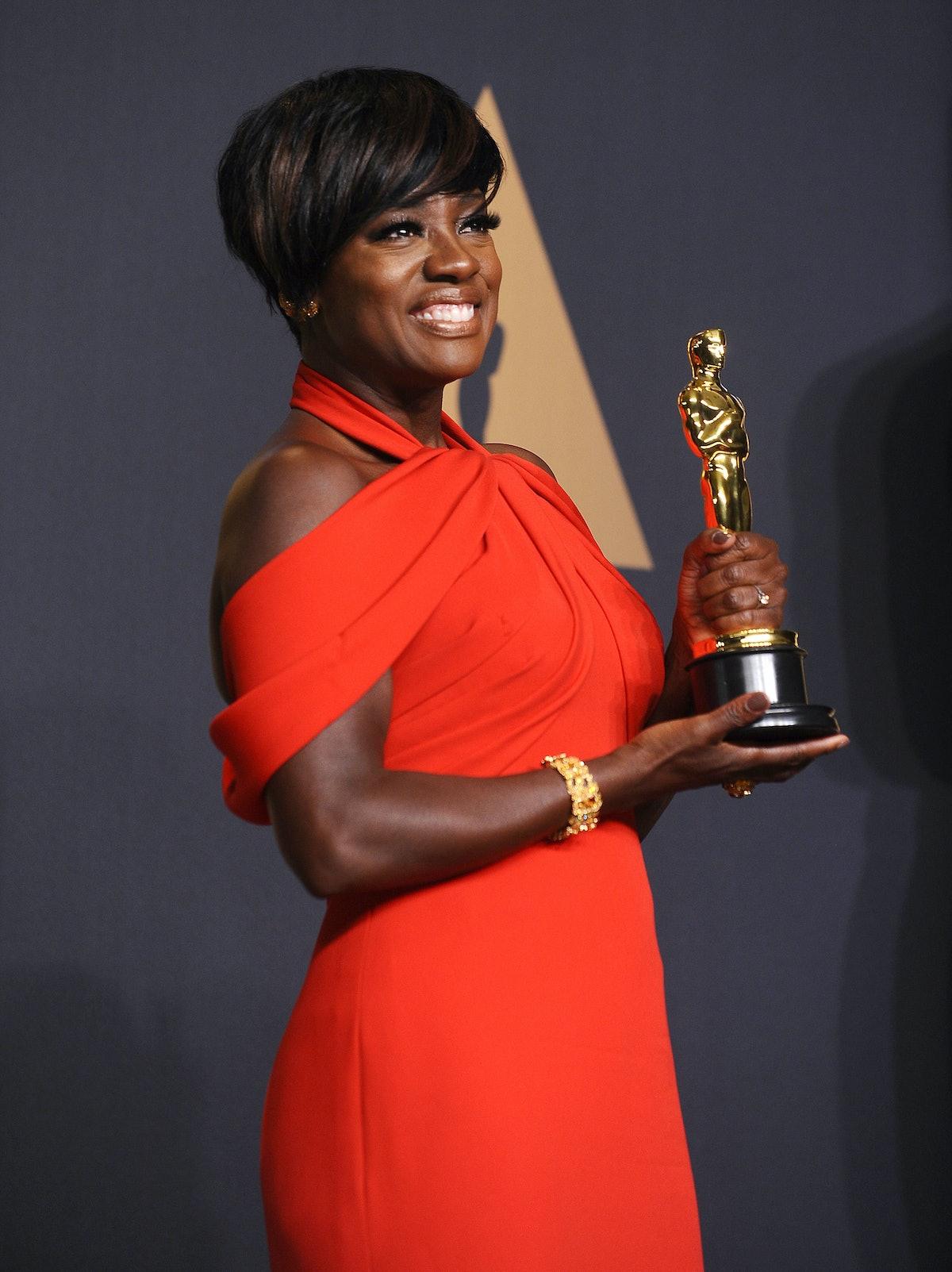 Viola Davis holding her Oscar