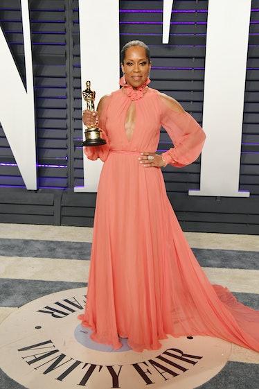Regina King holding her Oscar