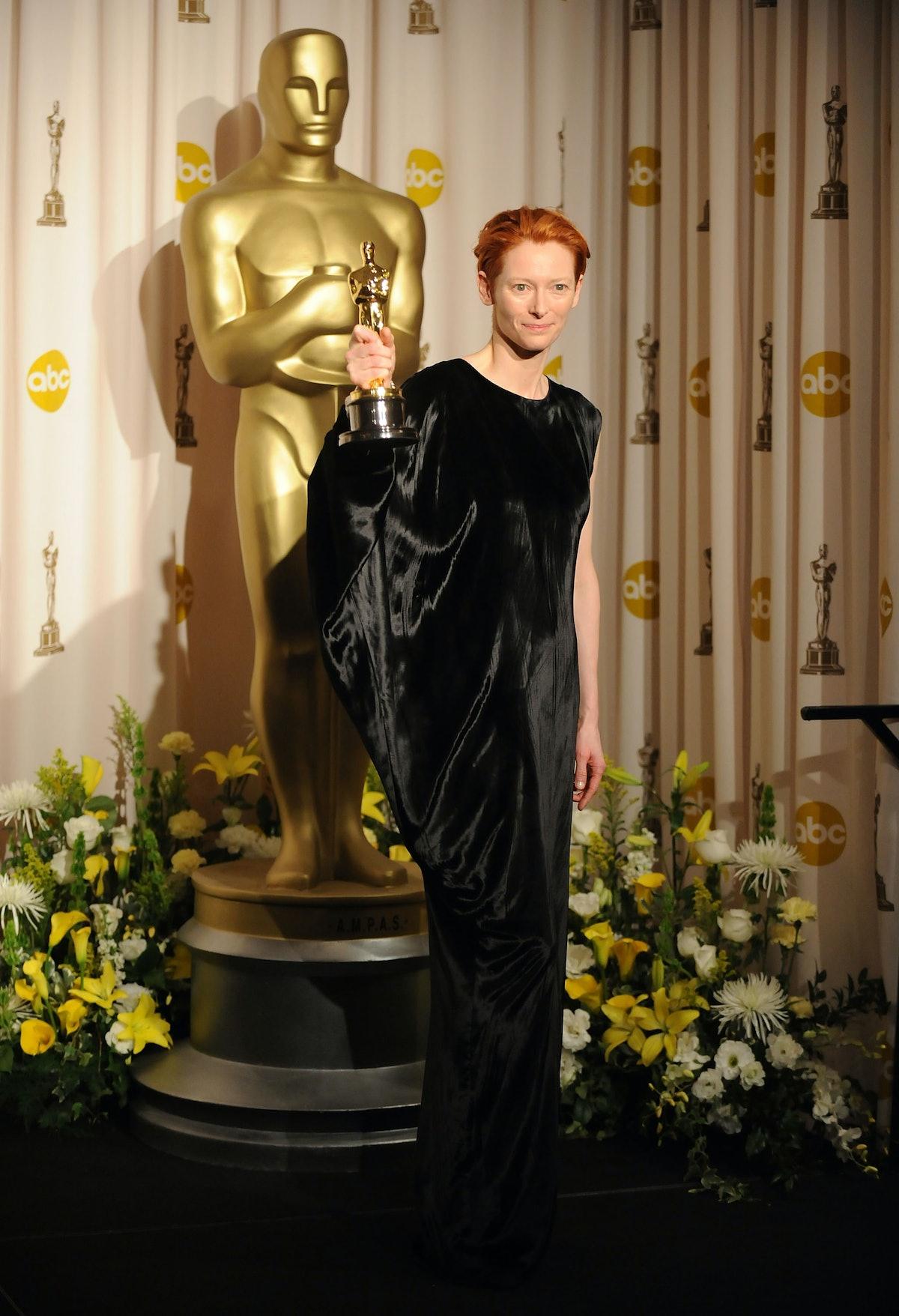 Tilda Swinton holding an Oscar.