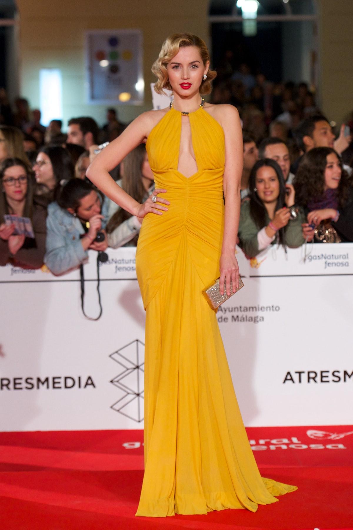 آنا د آرماس با لباس زرد.