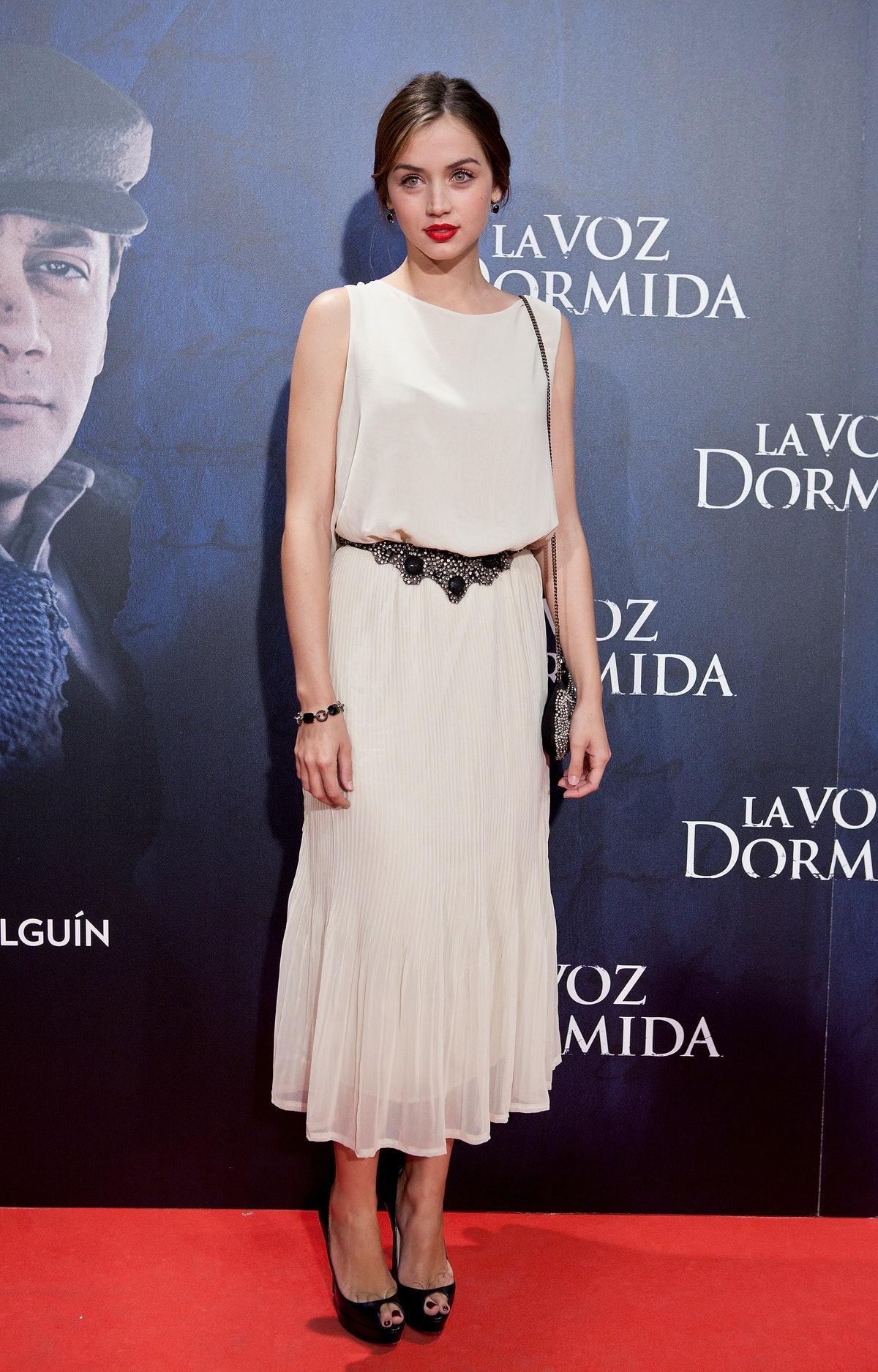 آنا د آرماس با لباس سفید.