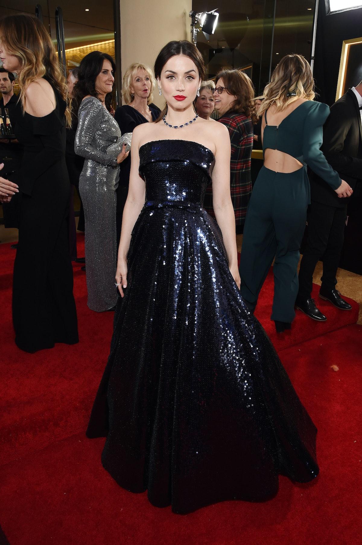 آنا د آرماس با لباس آبی.
