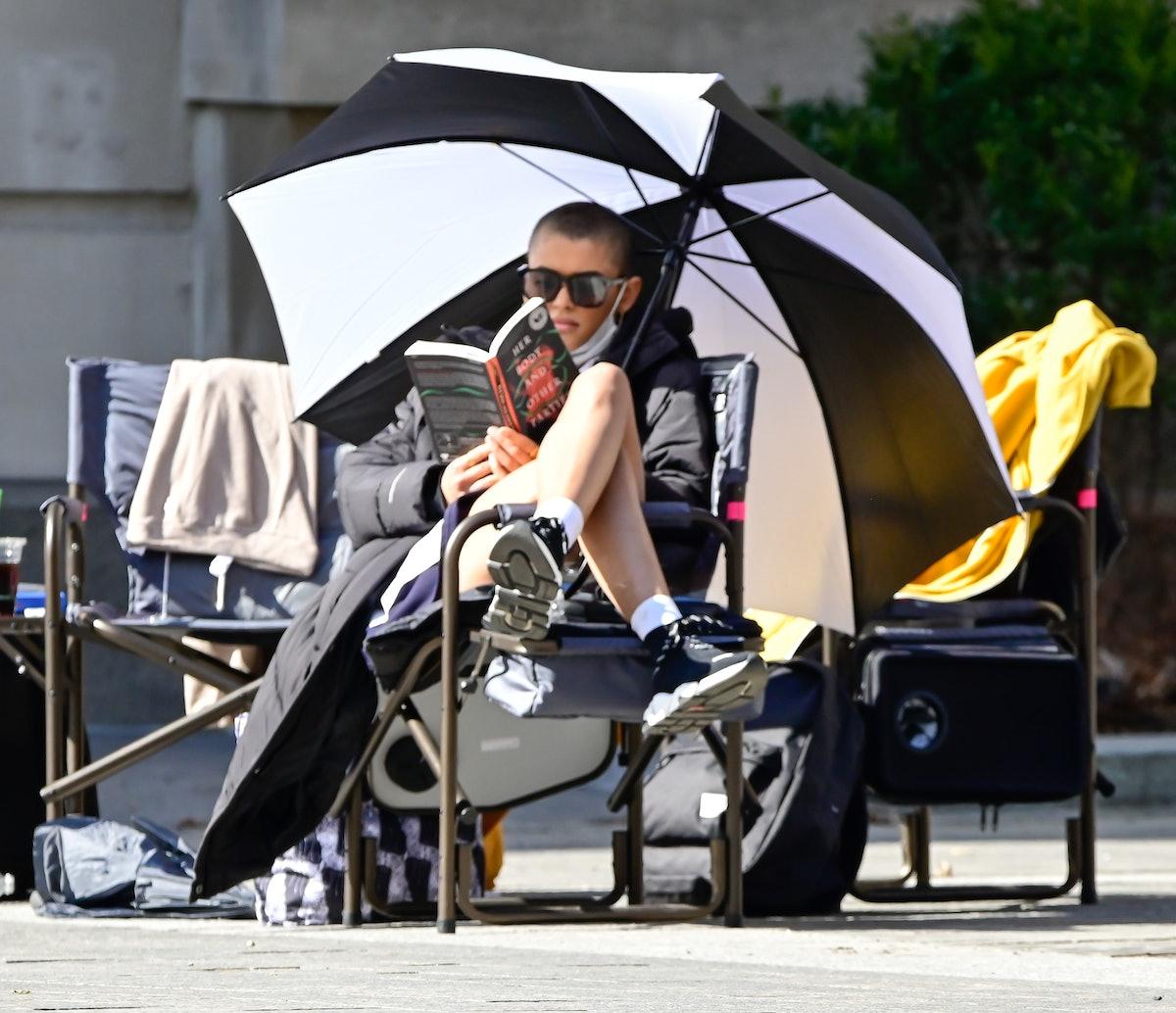 Jordan Alexander just chillin under an umbrella on the Gossip Girl reboot set