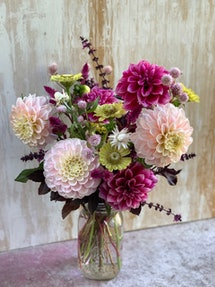 a beautiful arrangement of pink flowers in a glass vase.