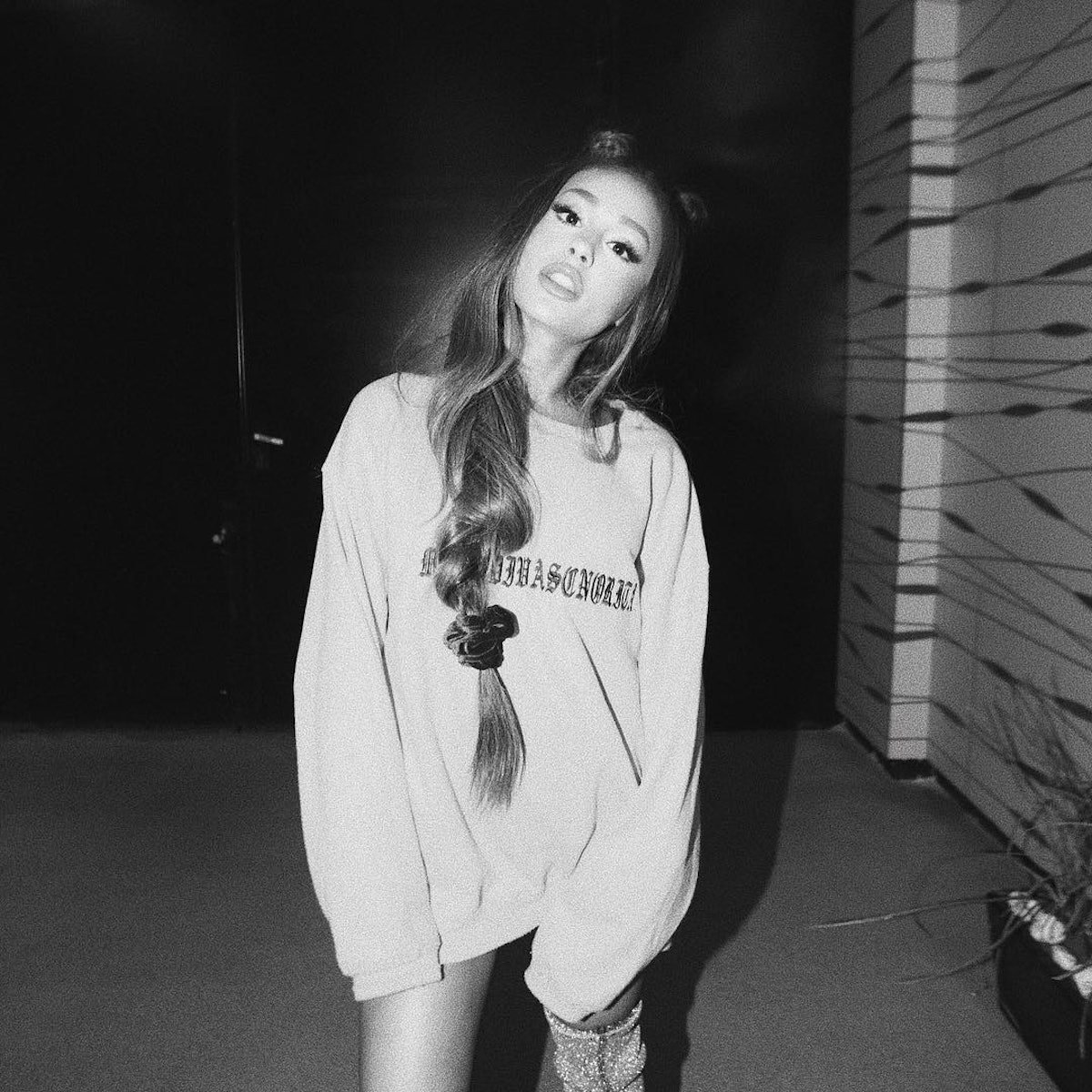 Ariana Grande channels the '80s with this scrunchie look.