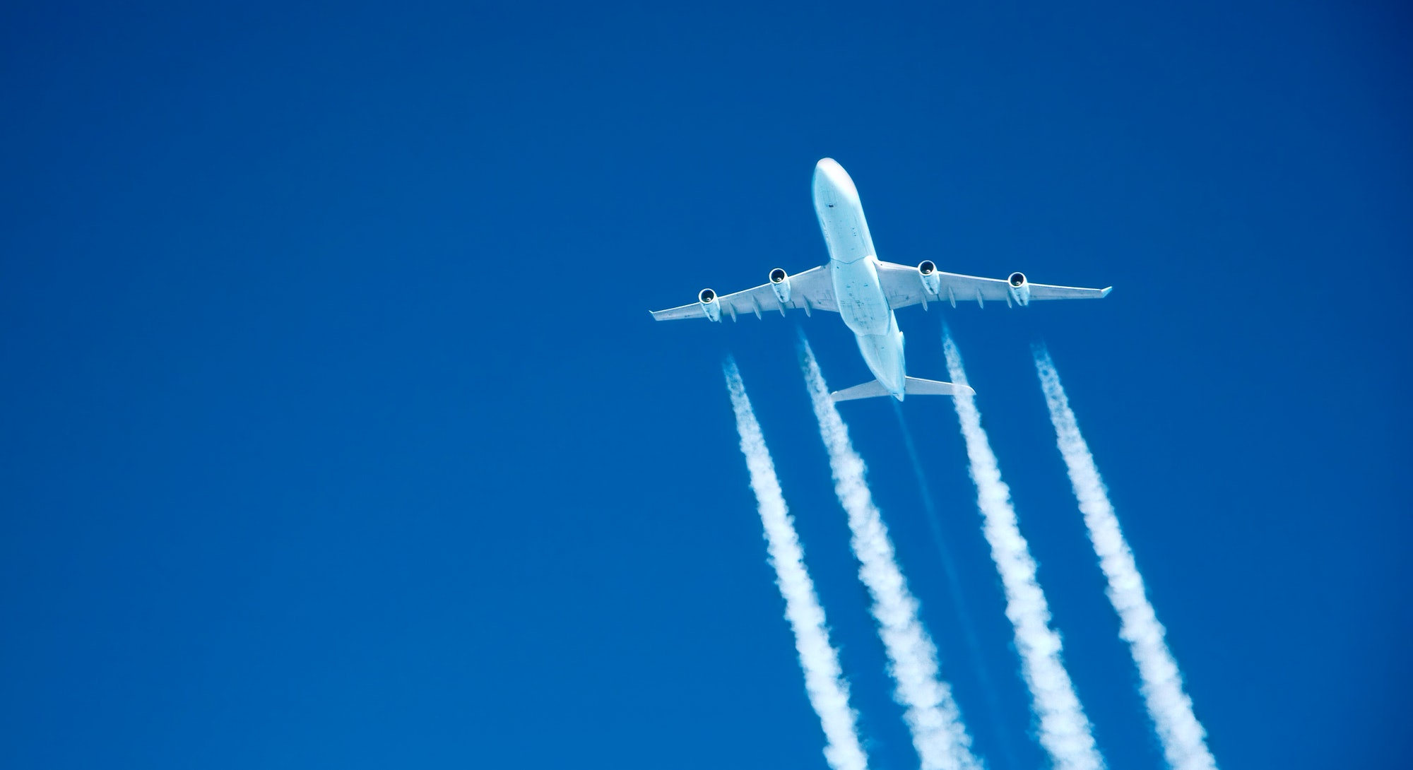 Airplaine flying with jet stream of pollution