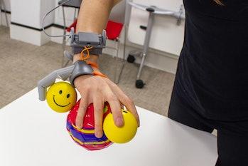 robot thumb gripping balls