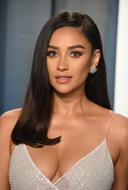 BEVERLY HILLS, CALIFORNIA - FEBRUARY 09: Shay Mitchell attends the 2020 Vanity Fair Oscar Party hosted by Radhika Jones at Wallis Annenberg Center for the Performing Arts on February 09, 2020 in Beverly Hills, California.