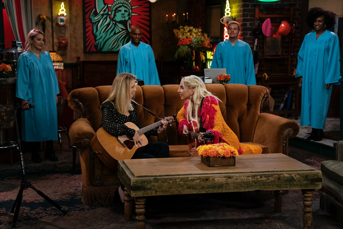 """Lisa Kudrow and Lady Gaga singing """"Smelly Cat"""" on the 'Friends' reunion"""