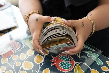 Psychic Jae Rae shuffling a pack of tarot cards
