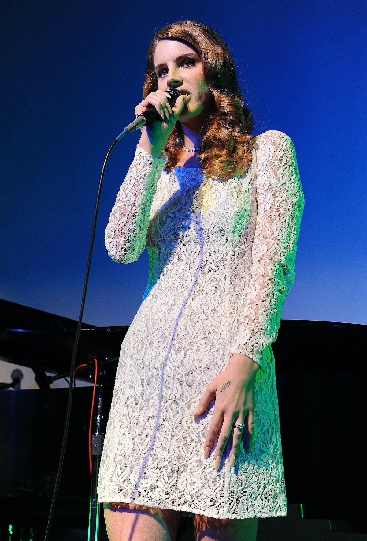 Lana Del Rey singing
