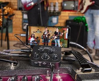 Audio equipment company Roland has made a portable sound mixer for smartphones.