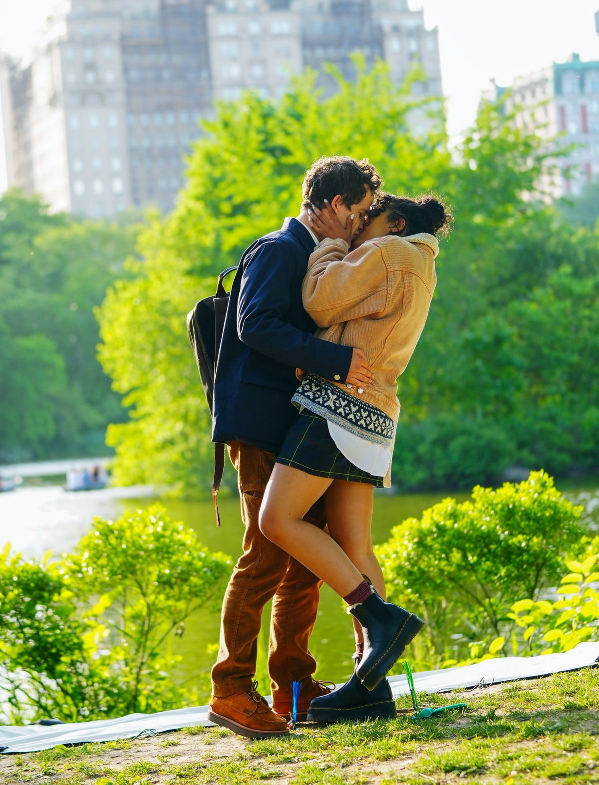 Eli Brown and Whitney Peak kissing on the set of the Gossip Girl reboot