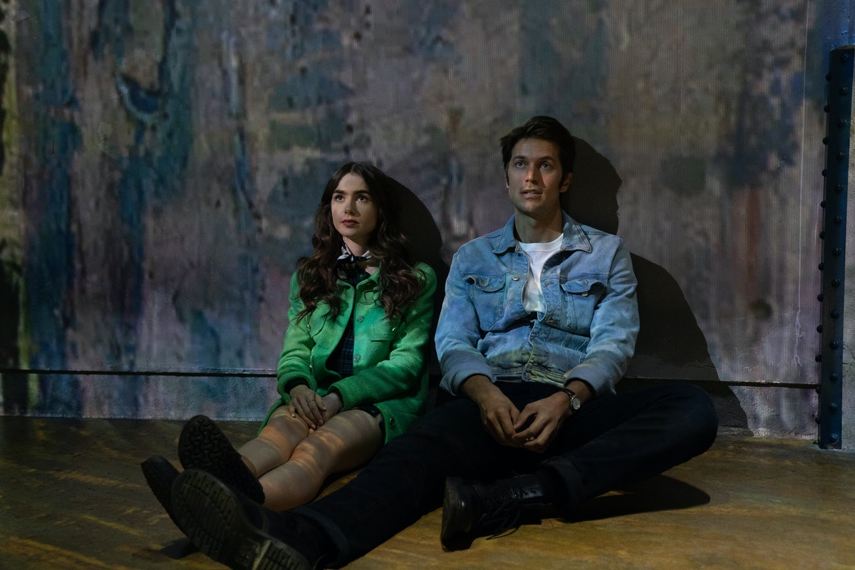 Emily (Lily Collins) and Gabriel (Lucas Bravo) in the Van Gogh exhibition in Emily in Paris