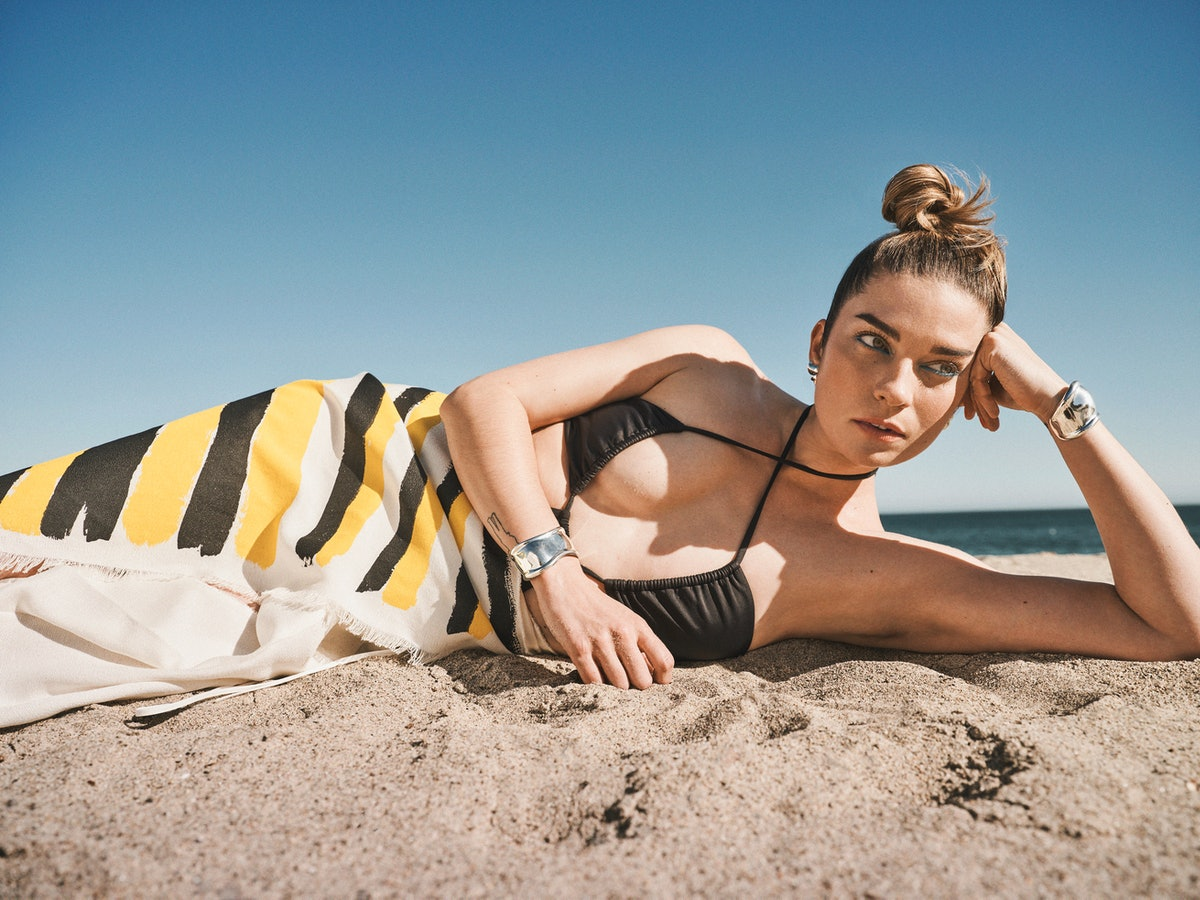 TZR cover star Annie Murphy opens up about 'Kevin Can F*ck Himself,' 'Schitt's Creek,' and more.