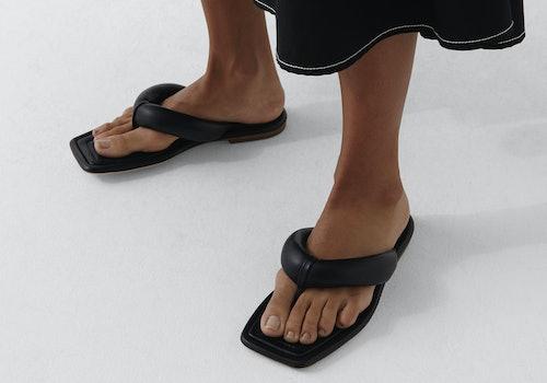 Model wearing Rejina Pyo Nella puffy sandals.