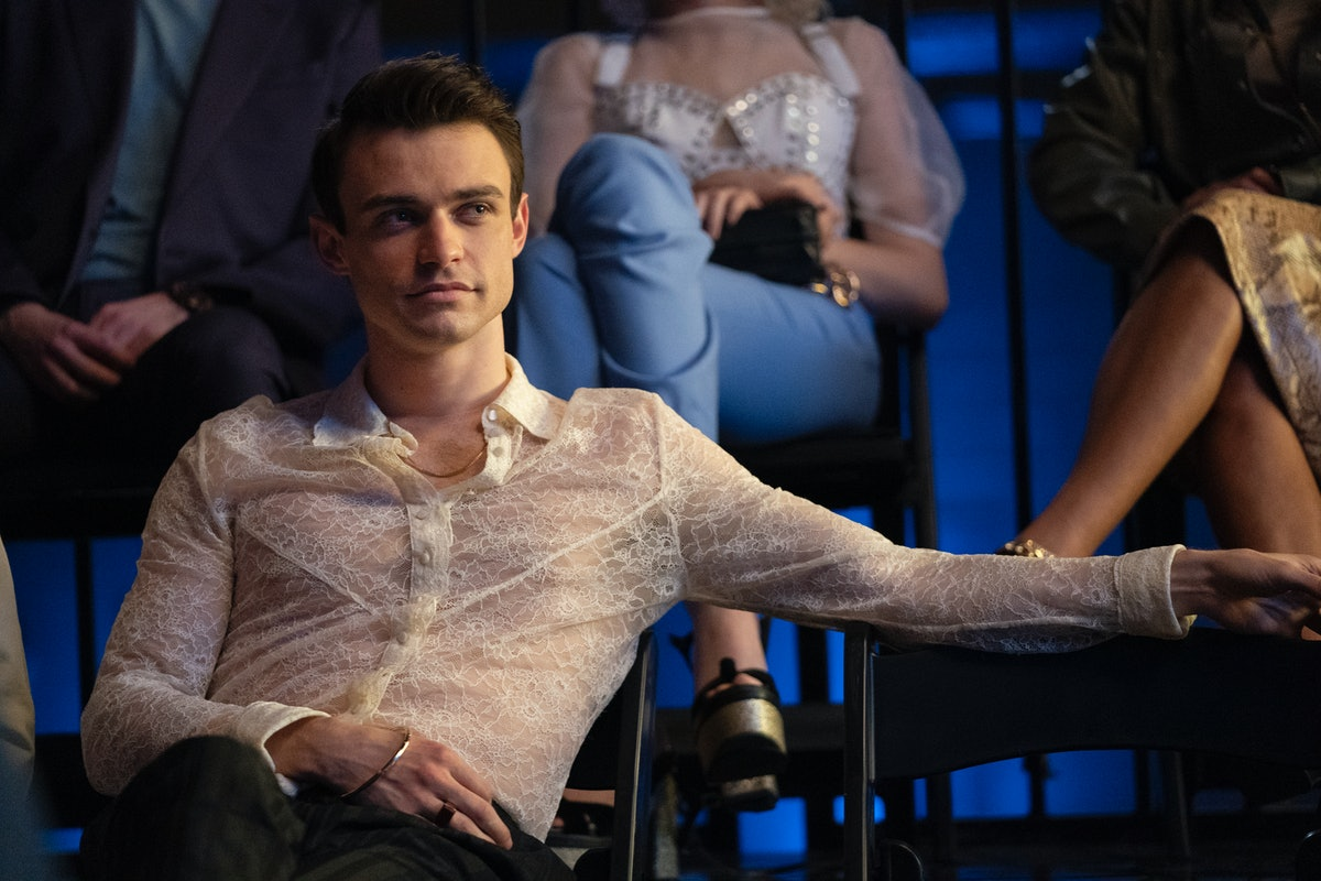 Thomas Doherty playing Max Wolfe in 'Gossip Girl' wearing a lace shirt.