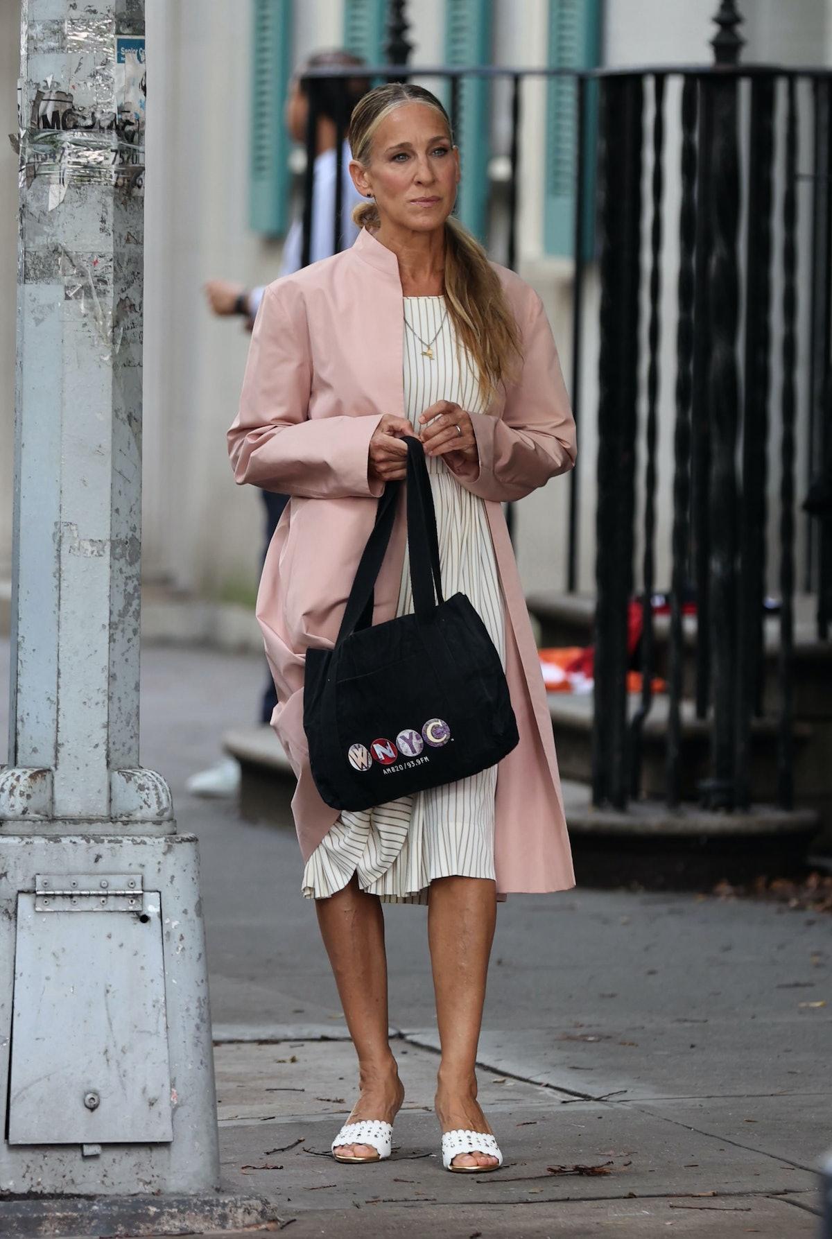 Carrie Bradshaw with WNYC tote bag.