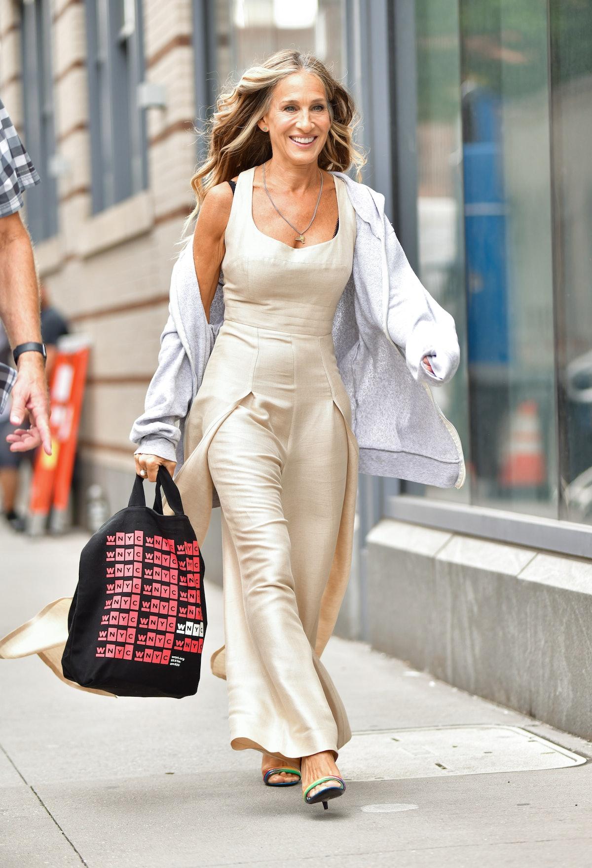 SJP with the same WNYC tote bag.