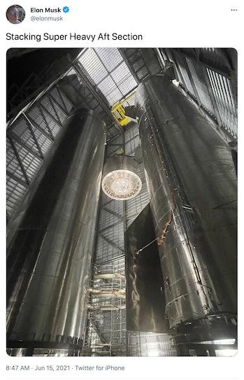 SpaceXスターシップのスーパーヘビーブースターの進捗状況を共有するイーロンマスク。