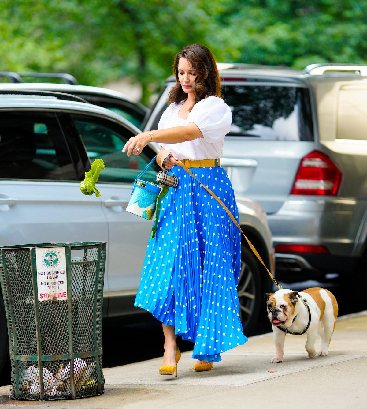 کریستین دیویس و یک سگ در صحنه فیلم And Just Like That ...