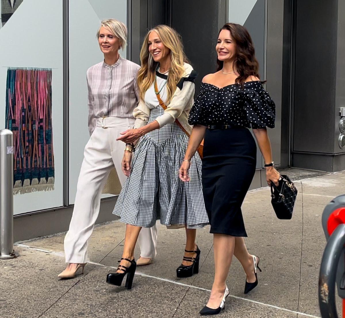 سینتیا نیکسون ، سارا جسیکا پارکر و کریستین دیویس در مجموعه فیلم And Just Like That ...