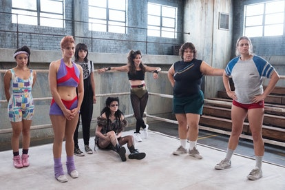 Stars of 'GLOW' gather together in a practice ring during Season 1.