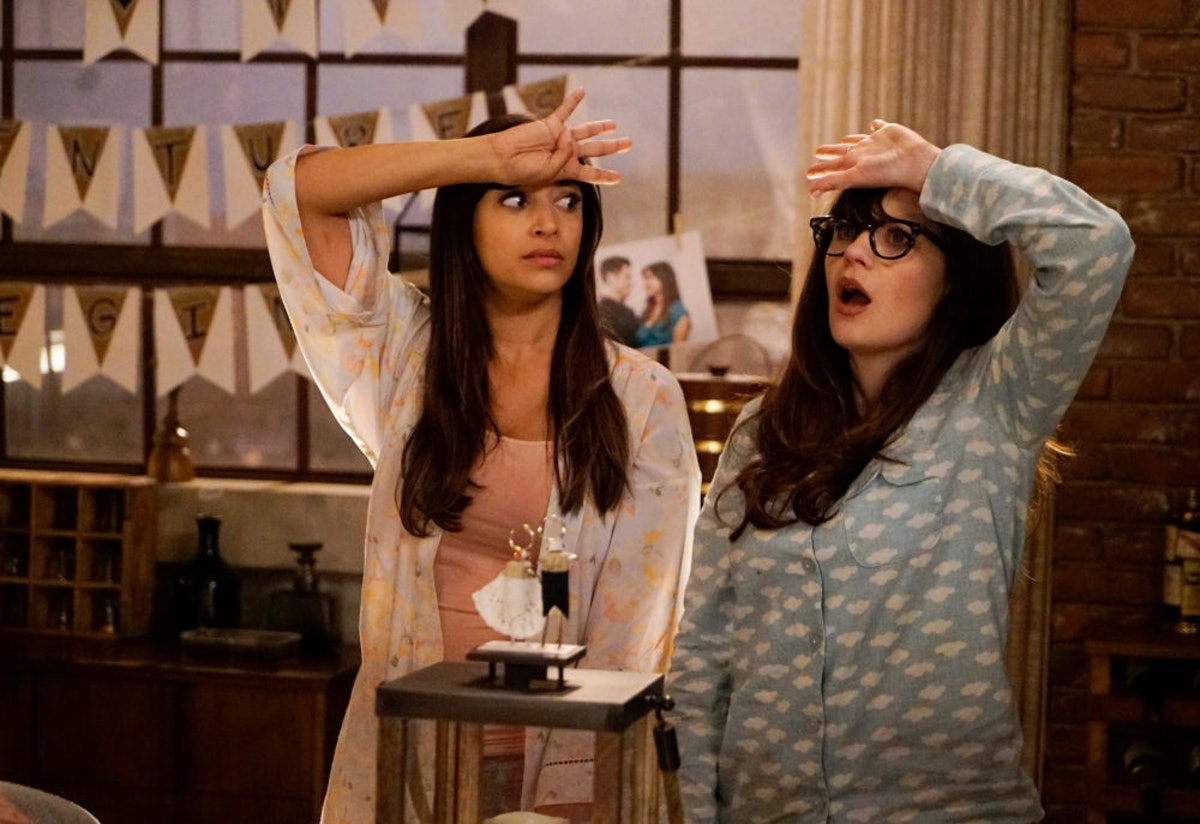 Cece (Hannah Simone) and Jess (Zooey Deschanel) playing True American on 'New Girl'.