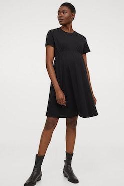 woman wearing an H&M maternity dress