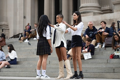 Julien and Zoya on the Met steps in the premiere episode of the 'Gossip Girl' reboot