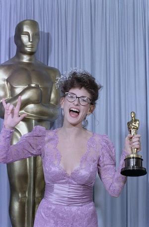 Marlee Matlin holds her Oscar at the 1987 Academy Awards.