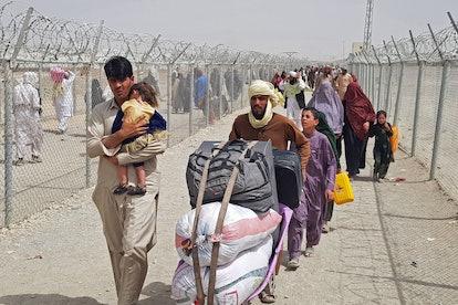 Stranded Afghan nationals arrive to return back to Afghanistan at the Pakistan-Afghanistan border cr...