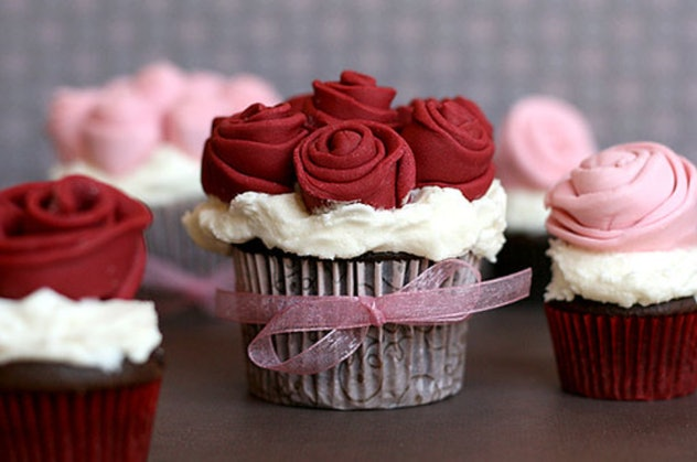 Image of a cupcake topped with fondant roses from the website Bakerella.
