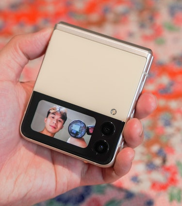 Taking selfies or vlogging with the cover display is actually not dumb!