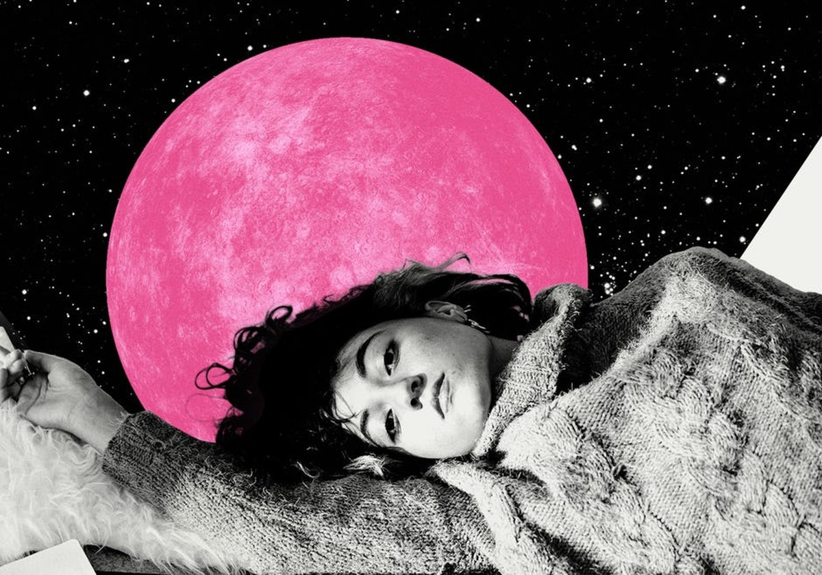 Young woman in front of a pink planet, showing the seven retrograde planets in September 2021.