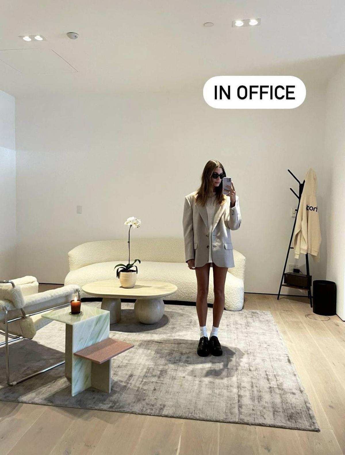 هیلی بیبر در یک دفتر