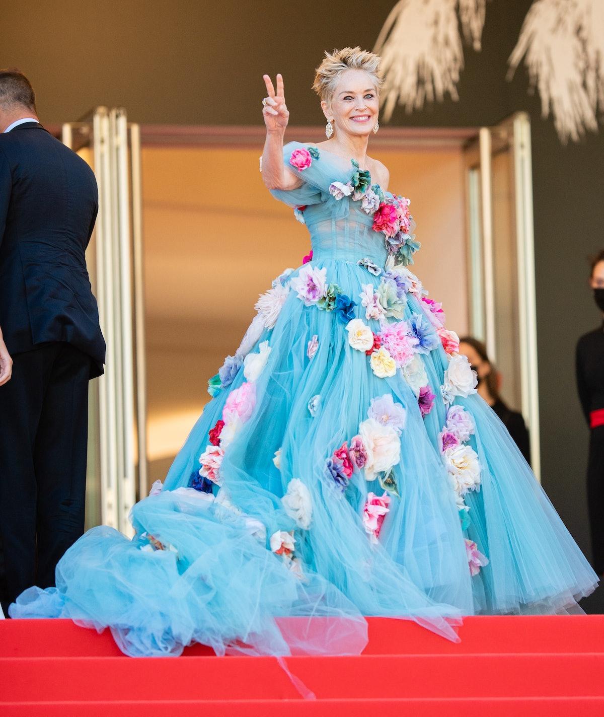 شارون استون لباس نخی آبی پوشیده و گل هایی روی آن است